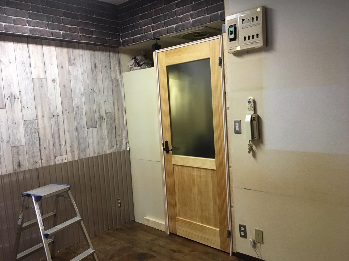 ドア枠にドアをつけた状態