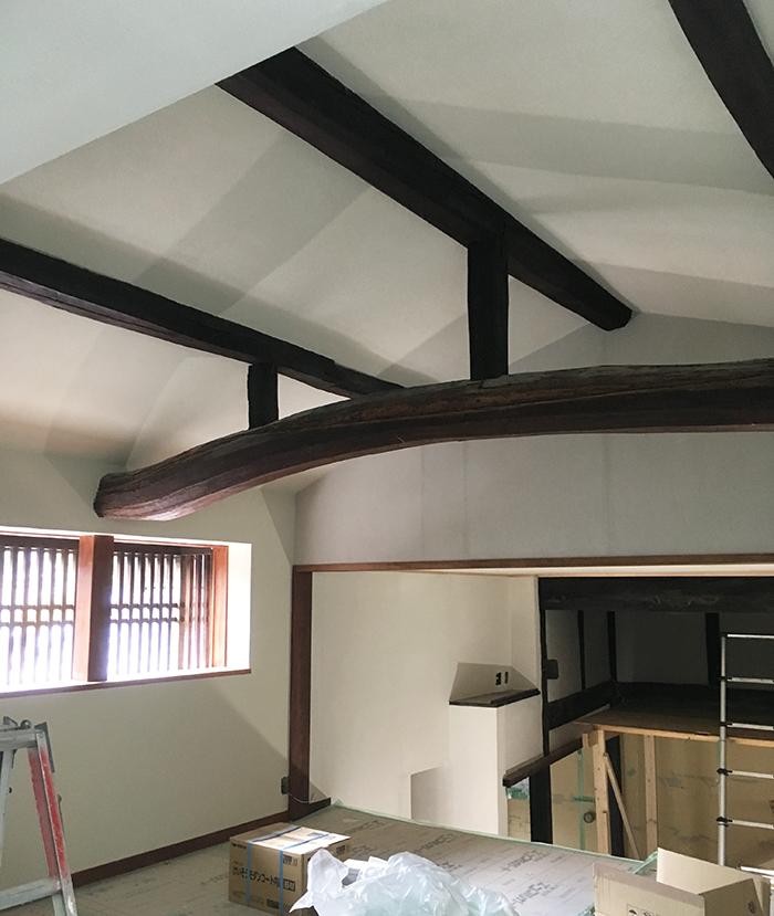 寝室の梁見せ天井の反対側