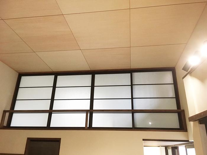 寝室の梁見せ天井キッチンから完成後