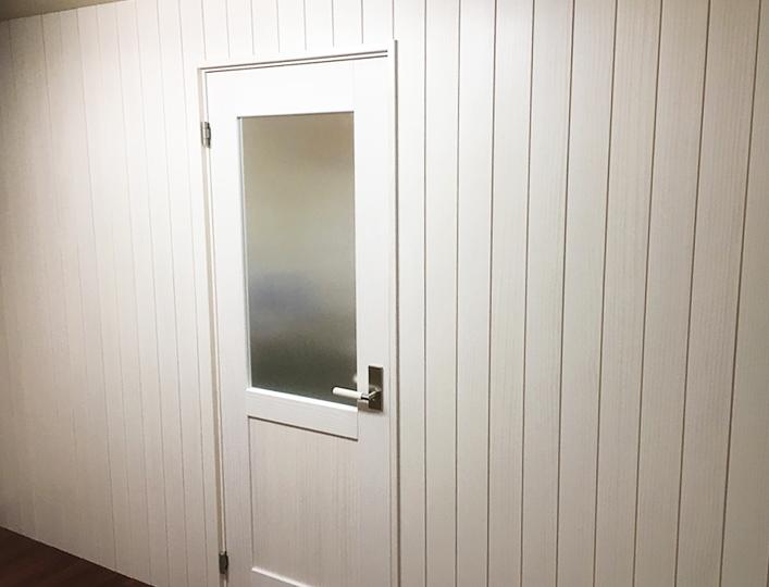 キッチン側から見た仕切り壁とドア