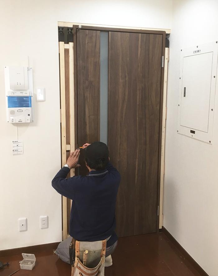 取っ手穴加工無しのドアに手作業で穴を開けドアノブを取り付け