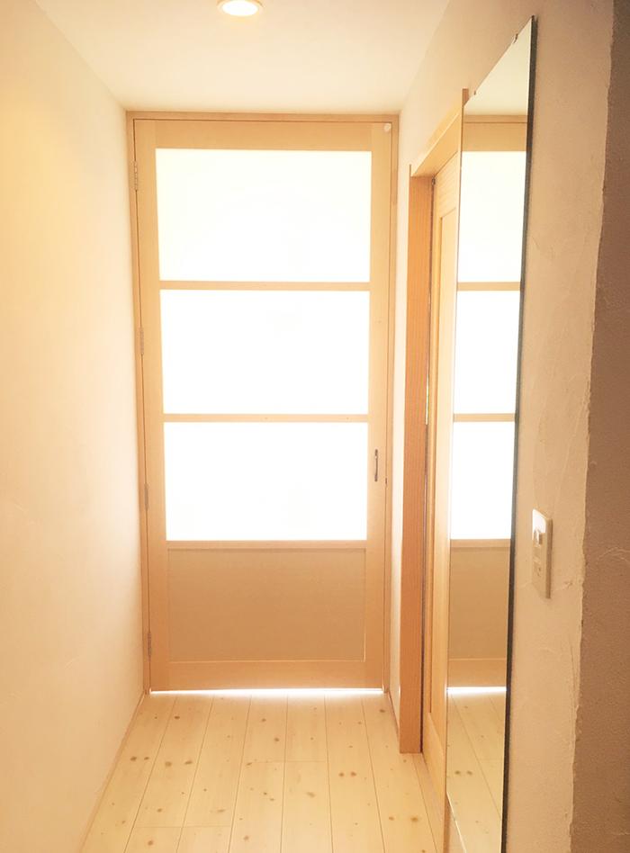 家の中から見ると上部4/3が採光、下部1/4がパネル