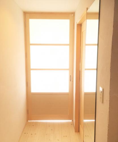廊下にピタっと収まる仕切りを実現!採光抜群のドア施工例