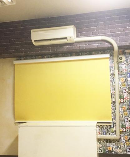 マンションの梁を活用したレンガ調+木目壁紙の内装インテリア例