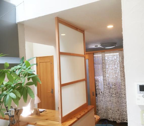 キッチンカウンターの目隠し4つの方法とオーダーパネル扉事例
